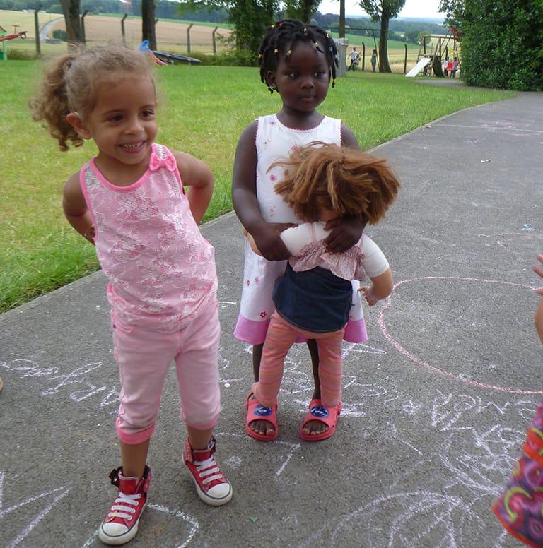 deux petites filles avec poupée